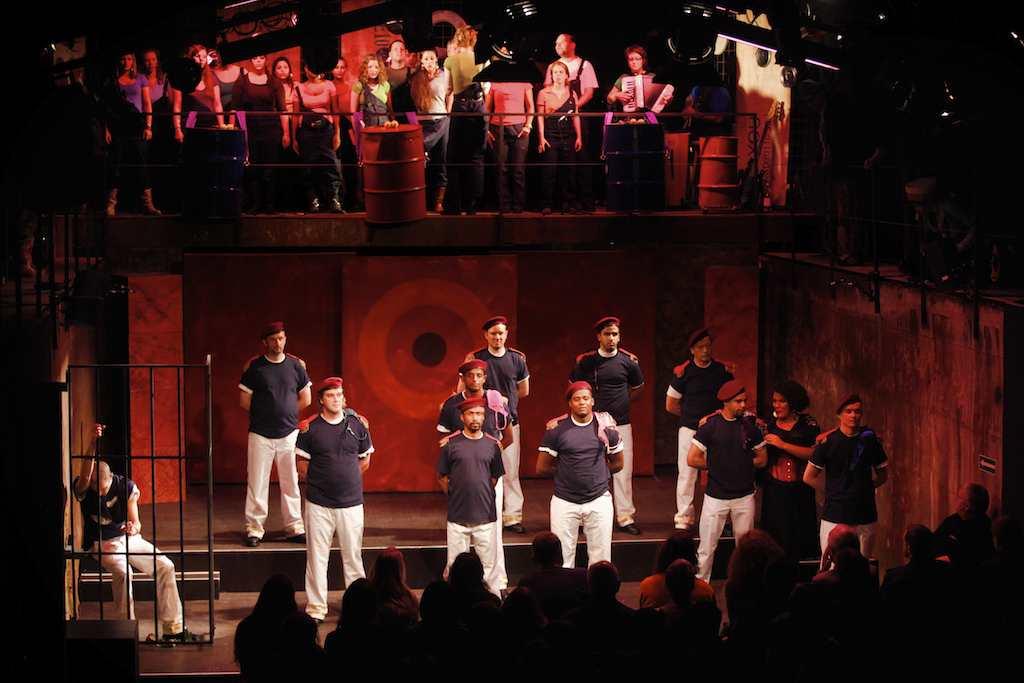 Oben: Der Chor. Vorne: Soldaten und Carmen